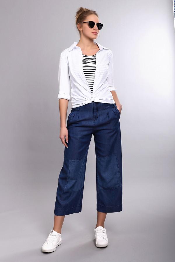 Брюки Boss OrangeБрюки<br>Стильные женские брюки-капри от бренда Boss Orange выполнены из денима темно-синего цвета. Это широкие брюки декорированные завязками на поясе, а также заплатками на коленях на тон светлее. Центральная часть застегивается на молнию и фиксируется на пуговицу.<br><br>Размер RU: 42<br>Пол: Женский<br>Возраст: Взрослый<br>Материал: луоселл 100%<br>Цвет: Синий