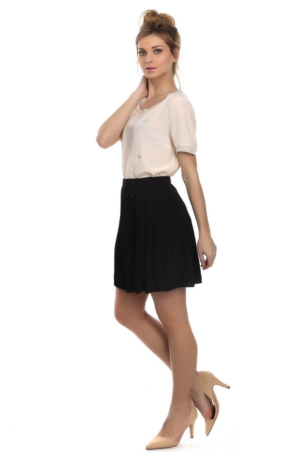 Юбка Tom TailorЮбки<br>Летняя короткая юбка Tom Tailor черного цвета. Она выполнена из полиэстера. Эта модель отличается своей минималистичностью и стильностью. Подчеркивает красоту ног. Плиссированная юбка сочетается как с женственными блузками так и с молодежными футболками. Делает любой образ легким, игривым и молодежным.<br><br>Размер RU: 44-46<br>Пол: Женский<br>Возраст: Взрослый<br>Материал: полиэстер 100%<br>Цвет: Чёрный