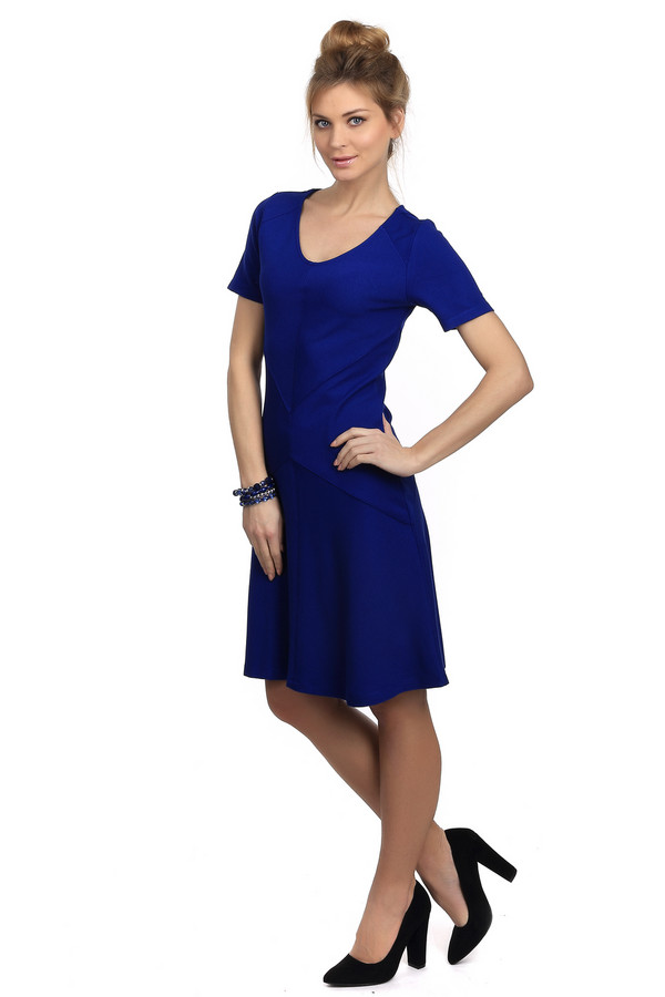 Платье Betty BarclayПлатья<br>Платье для женщин, выполненное в темно-синем цвете. Это платье длиной до колена, от бренда Betty Barclay. По покрою платье приталенное с юбкой-клеш, U-образным вырезом и рукавом длиной до середины плеча. Изделие пошито из материала, который на 70% состоит из вискозы и на 30% из полиамида.<br><br>Размер RU: 48<br>Пол: Женский<br>Возраст: Взрослый<br>Материал: вискоза 70%, полиамид 30%<br>Цвет: Синий