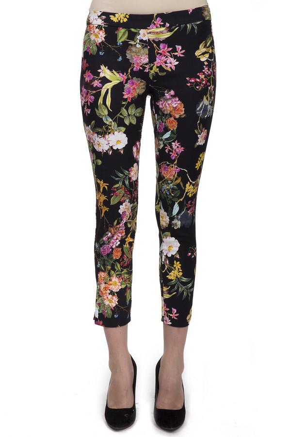 Брюки Sai-KuБрюки<br>Женские стильные брюки-капри от бренда Sai-Ku. Брюки сшиты по простому покрою и плотно сидят по фигуре. Изделие выполнено из хлопка с добавлением эластана. Данная модель представлена в черном цвете и дополнена ярким цветочным принтом. На боку расположена скрытая застежка-молния. Манжеты дополнены боковыми разрезами. В комплект к брюкам можно приобрести  жакет Sai-Ku .<br><br>Размер RU: 50<br>Пол: Женский<br>Возраст: Взрослый<br>Материал: хлопок 98%, эластан 2%<br>Цвет: Разноцветный
