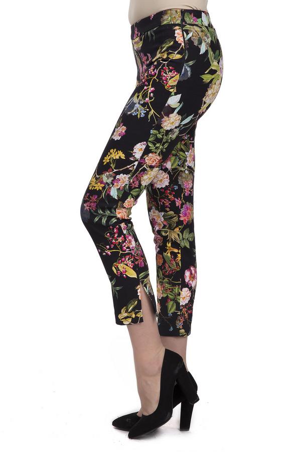 Брюки Sai-KuБрюки<br>Женские стильные брюки-капри от бренда Sai-Ku. Брюки сшиты по простому покрою и плотно сидят по фигуре. Изделие выполнено из хлопка с добавлением эластана. Данная модель представлена в черном цвете и дополнена ярким цветочным принтом. На боку расположена скрытая застежка-молния. Манжеты дополнены боковыми разрезами. В комплект к брюкам можно приобрести  жакет Sai-Ku .<br><br>Размер RU: 42<br>Пол: Женский<br>Возраст: Взрослый<br>Материал: хлопок 98%, эластан 2%<br>Цвет: Разноцветный
