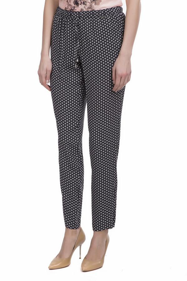 Брюки SteilmannБрюки<br>Женские брюки из легкой ткани от немецкого бренда Steilmann. Это брюки черного цвета с оригинальным орнаментом белого цвета. Брюки выполнены по слегка свободному крою, немного заужены к низу и дополнены двумя боковыми карманами. Изделие дополнено эластичным поясом с завязками.