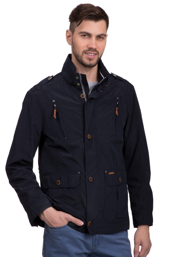 Куртка CalamarКуртки<br>Мужская куртка от бренда Calamar обладает довольно строгими абрисами, это делает силуэт чётче и внушительней. Идеально подходит для ношения в демисезон. Цвет модели – чёрный. Примечательна оригинальным фасоном с двойной застёжкой – застёгивается на молнию и на пуговицы. Изделие дополнено четырьмя карманами, два из которых – нагрудные (на замках) и два – стандартные (на пуговицах). Высокий воротник на кнопках предохраняет от ветра, что делает куртку особенно практичной.<br><br>Размер RU: 54<br>Пол: Мужской<br>Возраст: Взрослый<br>Материал: полиэстер 70%, полиамид 30%<br>Цвет: Чёрный