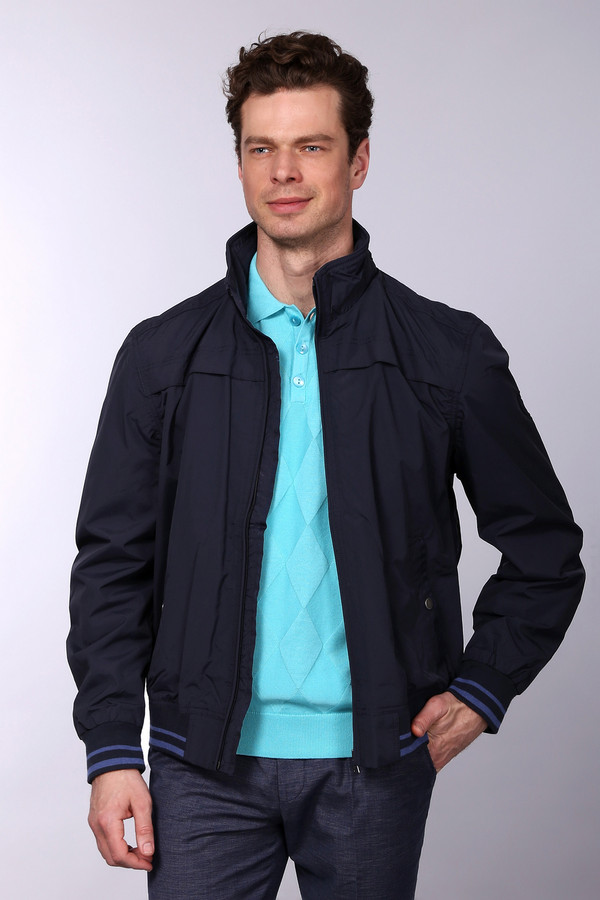 Куртка LerrosНейлоновая демисезонная куртка Lerros доступна в двух цветах – бежевый и темно-синий. Застёгивается на стильную молнию «под горло», располагающуюся по центру, так что фасон ворота можно приблизительно варьировать. Модель дополнена двумя карманами на кнопках. Благодаря нейтральному цветовому решению не требует особого подбора остального гардероба. Украшена ненавязчивыми полосочками на рукавах и подоле.<br><br>Размер RU: 52-54<br>Пол: Мужской<br>Возраст: Взрослый<br>Материал: нейлон 100%<br>Цвет: Синий