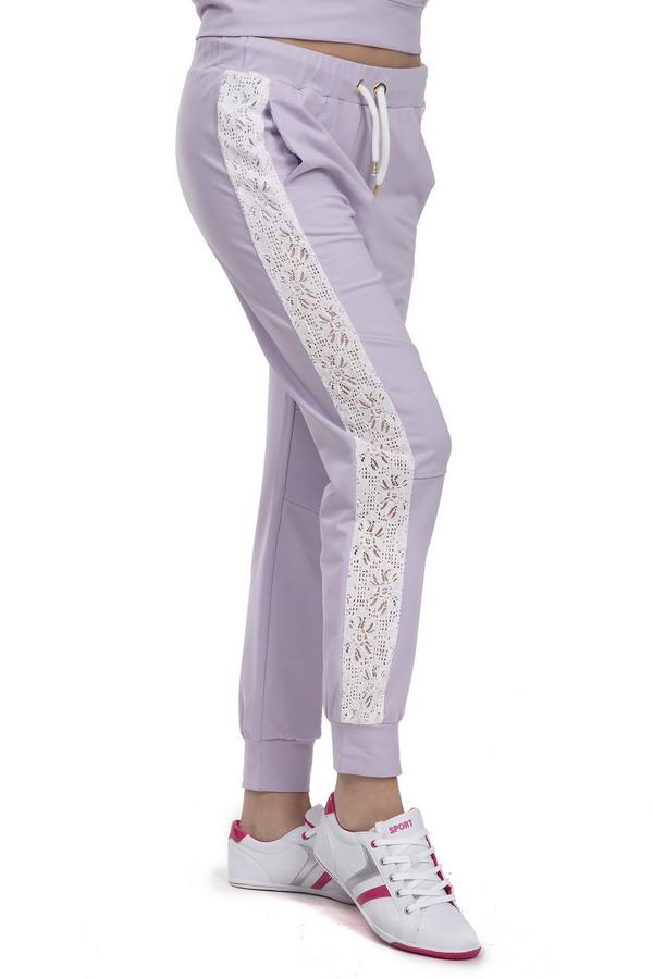 Спортивные брюки LocustСпортивные брюки<br>Спортивные брюки для женщин от бренда Locust. Это брюки пошитые из хлопка с добавлением эластана. Данная модель представлена в сиреневом цвете. Изделие дополнено двумя боковыми карманами, а также резинкой с белым шнурком на поясе и резинками снизу. Брюки декорированы кружевными вставками белого цвета. В комплект к спортивным брюкам можно приобрести  толстовку Locust .<br><br>Размер RU: 48-50<br>Пол: Женский<br>Возраст: Взрослый<br>Материал: эластан 5%, хлопок 95%<br>Цвет: Белый