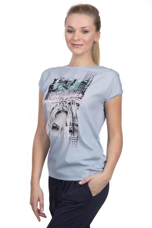 Футболка PassportФутболки<br>Футболка для женщин от известного бренда Passport. Это футболка приталенного кроя с вырезом-лодочка и коротким рукавом. Изделие пошито из вискозы с небольшим процентом эластана. Она представлена в светло-голубом цвете и декорирована принтом монохромной фотографии, которая сверху оттенена полосками розового и бирюзового оттенка.<br><br>Размер RU: 40/42<br>Пол: Женский<br>Возраст: Взрослый<br>Материал: эластан 8%, вискоза 92%<br>Цвет: Разноцветный