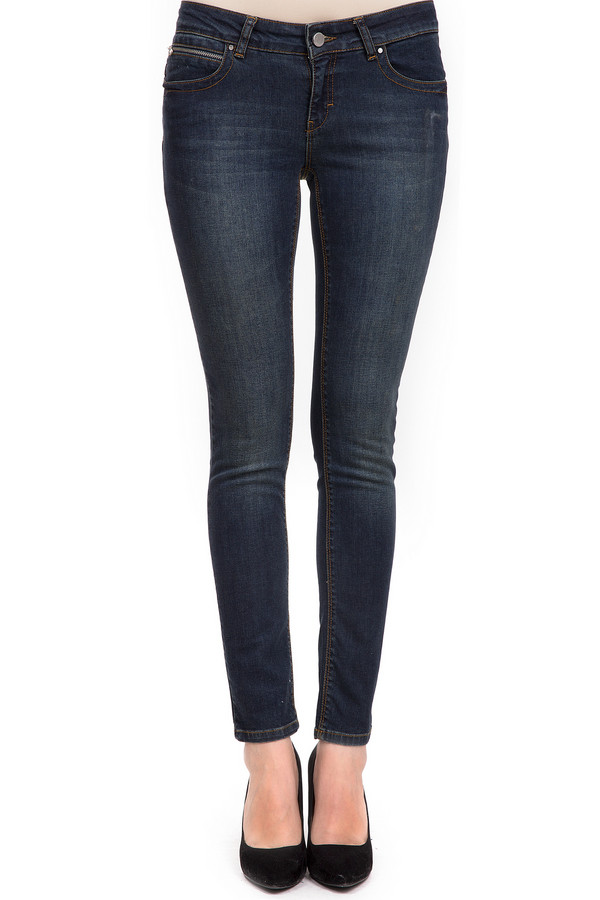 Модные джинсы PassportМодные джинсы<br>Женские джинсы-скинни от торговой марки Passport, из плотного материала. Выполнены из хлопка с добавлением эластана. Это модель темно-синего цвета, швы которой обработаны оранжевой строчкой. Данное изделие дополнено кокеткой с декоративной отделкой, накладными карманами с заклепками сзади, а также двумя боковыми карманами с такой же отделкой спереди, и пятым карманом с застежкой-молнией. Ширинка также застегивается на молнию.<br><br>Размер RU: 50<br>Пол: Женский<br>Возраст: Взрослый<br>Материал: хлопок 98%, эластан 2%<br>Цвет: Синий