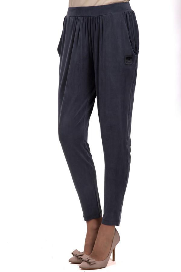 Брюки SportalmБрюки<br>Женские зауженные брюки от бренда Sportalm. Изделие выполнено в темно-сером цвете из 100% купро. Брюки дополнены двумя боковыми карманами, а также резинкой на поясе. Сбоку, на одном из карманов, есть эмблема бренда.<br><br>Размер RU: 44<br>Пол: Женский<br>Возраст: Взрослый<br>Материал: купро 100%<br>Цвет: Серый