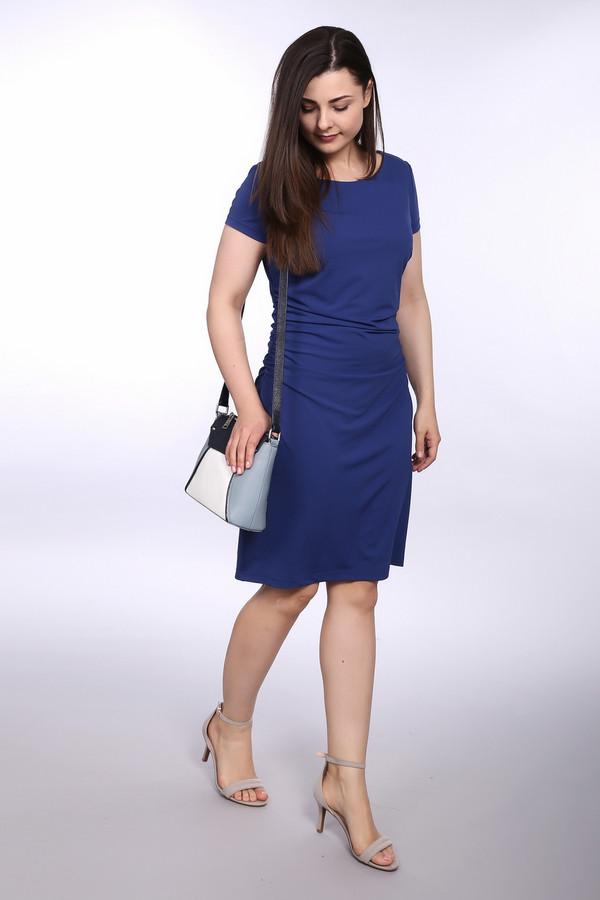 Платье Betty BarclayПлатья<br>Женское платье от бренда Betty Barclay. Изделие выполнено в синем цвете из полиэстера с добавлением эластана. Это платье длиной до колена с неглубоким U-образным вырезом и коротким рукавом. По бокам платье слегка затягивается.<br><br>Размер RU: 46<br>Пол: Женский<br>Возраст: Взрослый<br>Материал: эластан 7%, полиэстер 93%<br>Цвет: Синий
