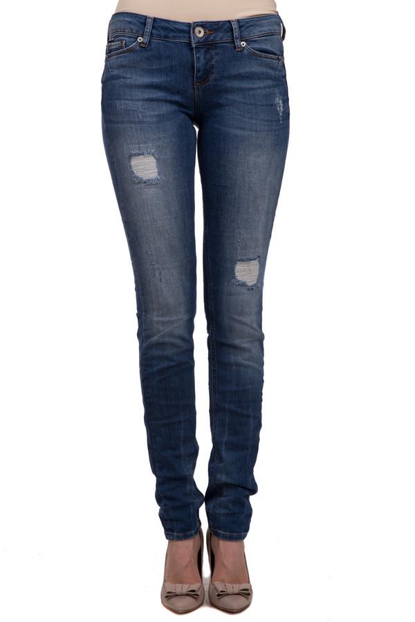 Модные джинсы Tom TailorМодные джинсы<br>Модные джинсы на застежке-молнии для женщин, от бренда Tom Tailor. Это модель облегающего кроя, на кокетке с двойной строчкой и внутренним двойным швом. Джинсы представлены в синем цвете с отделкой оранжевой строчкой, заклепками и прорезями. Данное изделие дополнено: двумя накладными карманами с вышитой эмблемой бренда сзади, и двумя боковыми карманами спереди, а также пятым карманом. Материал - хлопок с добавлением эластана.<br><br>Размер RU: 42-44(L34)<br>Пол: Женский<br>Возраст: Взрослый<br>Материал: хлопок 98%, эластан 2%<br>Цвет: Синий