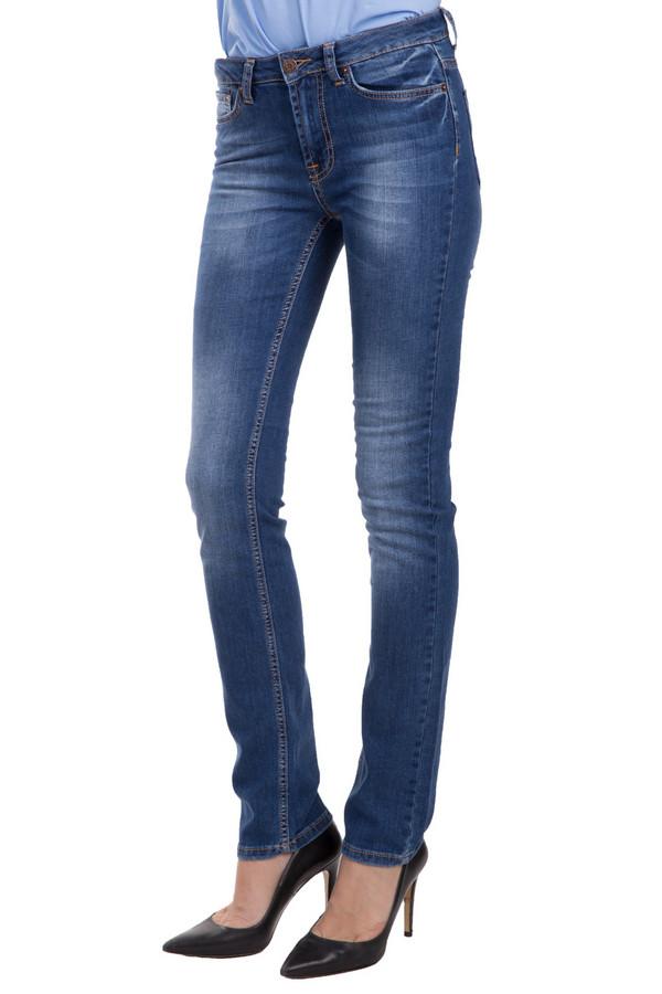 Модные джинсы Sai-KuМодные джинсы<br>Стильные брюки от бренда Sai-ku синего цвета. Данная модель была сделана из хлопка и лайкры. Носить такое изделие можно круглый год. Джинсы зауженные и средней посадки. Дополнены шлевками для ремня, карманами, застежкой. Такие брюки хорошо сочетают с верхом свободного кроя. Сочетаются с разными вещами.<br><br>Размер RU: 46(L34)<br>Пол: Женский<br>Возраст: Взрослый<br>Материал: хлопок 98%, лайкра 2%<br>Цвет: Синий