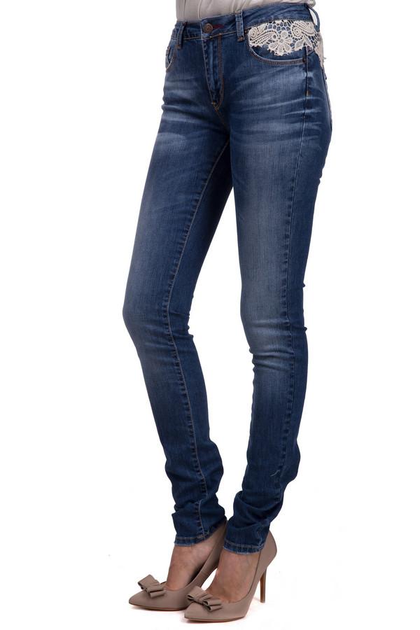 Модные джинсы LocustМодные джинсы<br>Модные джинсы для женщин, от бренда Locust, с застежкой-молнией. Это джинсы-скинни, на кокетке, декорированной белым гипюром. Они представлены в синем цвете с эффектом потертости. Модель дополнена двумя накладными карманами с декоративной отделкой, и эмблемой бренда на одном из задних карманов. Также, джинсы дополнены двумя боковыми, и пятым, карманом спереди. Данное изделие изготовлено из хлопка с добавлением лайкры.<br><br>Размер RU: 44-46(L34)<br>Пол: Женский<br>Возраст: Взрослый<br>Материал: хлопок 98%, лайкра 2%<br>Цвет: Белый