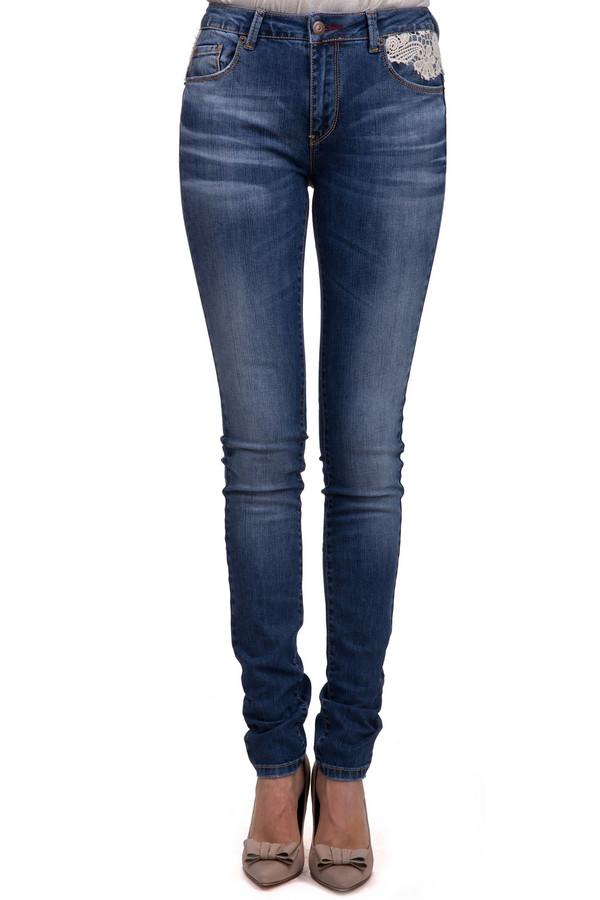 Модные джинсы LocustМодные джинсы<br>Модные джинсы для женщин, от бренда Locust, с застежкой-молнией. Это джинсы-скинни, на кокетке, декорированной белым гипюром. Они представлены в синем цвете с эффектом потертости. Модель дополнена двумя накладными карманами с декоративной отделкой, и эмблемой бренда на одном из задних карманов. Также, джинсы дополнены двумя боковыми, и пятым, карманом спереди. Данное изделие изготовлено из хлопка с добавлением лайкры.<br><br>Размер RU: 46(L34)<br>Пол: Женский<br>Возраст: Взрослый<br>Материал: хлопок 98%, лайкра 2%<br>Цвет: Белый