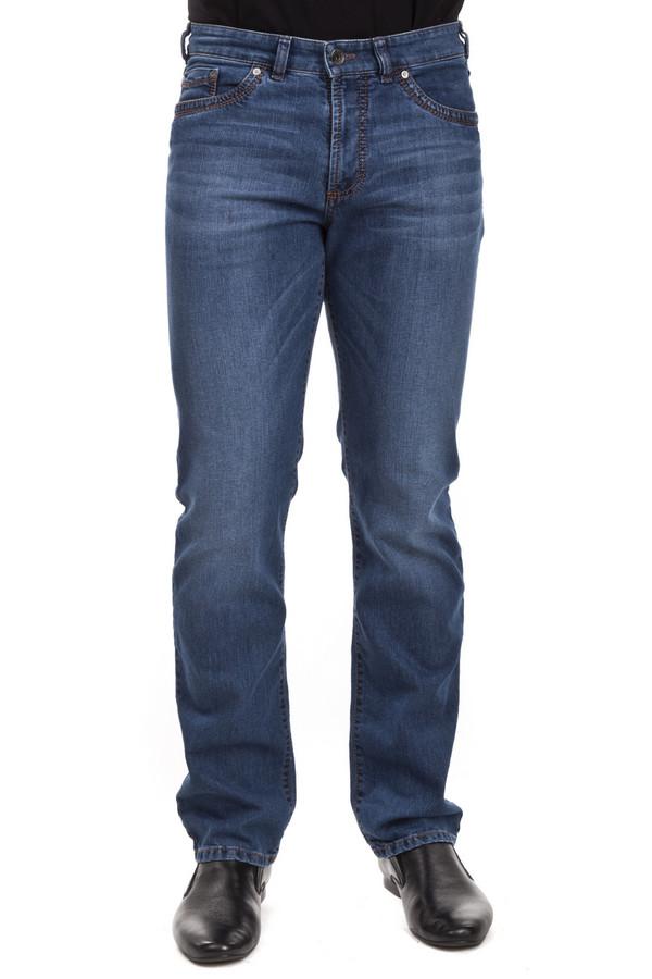Модные джинсы GardeurМодные джинсы<br>Джинсы от бренда Gardeur прямого кроя выполнены из денима синего цвета. Изделие дополнено: шлевками, пятью стандартными карманами, центральной застежкой-молния с пуговицей и контрастной отстрочкой. Джинсы декорированы потертостями.<br><br>Размер RU: 58(L32)<br>Пол: Мужской<br>Возраст: Взрослый<br>Материал: эластан 9%, хлопок 91%<br>Цвет: Синий