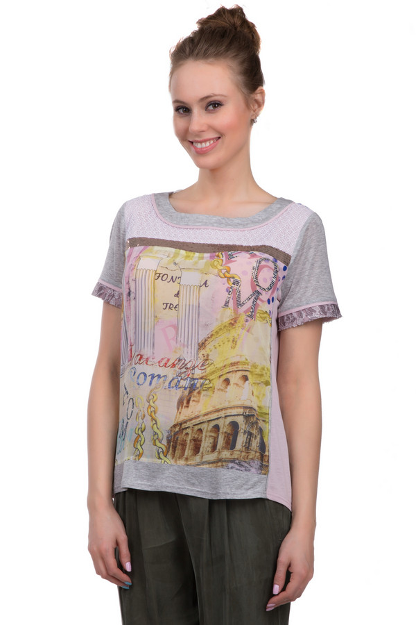 Блузa SE StenauБлузы<br>Блуза свободного покроя от бренда SE Stenau. Это блуза с u-образным воротником и рукавами длиной до середины плеча. Изделие представлено в сером цвете и дополнено ярким принтом Колизея и колонн в розовых и желтых оттенках. Изделие декорировано кружевом на рукавах и груди. Также, на груди есть пайетки блестящего коричневого цвета.<br><br>Размер RU: 46<br>Пол: Женский<br>Возраст: Взрослый<br>Материал: полиэстер 100%<br>Цвет: Разноцветный