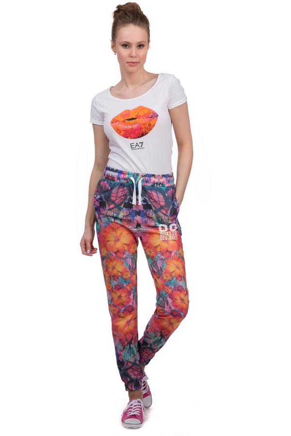 Спортивные брюки Boxeur Des RuesСпортивные брюки<br>Яркие женские спортивные брюки от бренда Boxeur Des Rues. Это брюки с цветочным принтом в оранжевых, бирюзовых и розовых и синих тонах. Изделие дополнено: боковыми карманами, резинкой со шнурком на поясе и резинками снизу. Материал - смесь хлопка и полиэстера. В комплект к спортивным брюкам можно приобрести  куртку Boxeur Des Rues .<br><br>Размер RU: 40-42<br>Пол: Женский<br>Возраст: Взрослый<br>Материал: хлопок 50%, полиэстер 50%<br>Цвет: Разноцветный