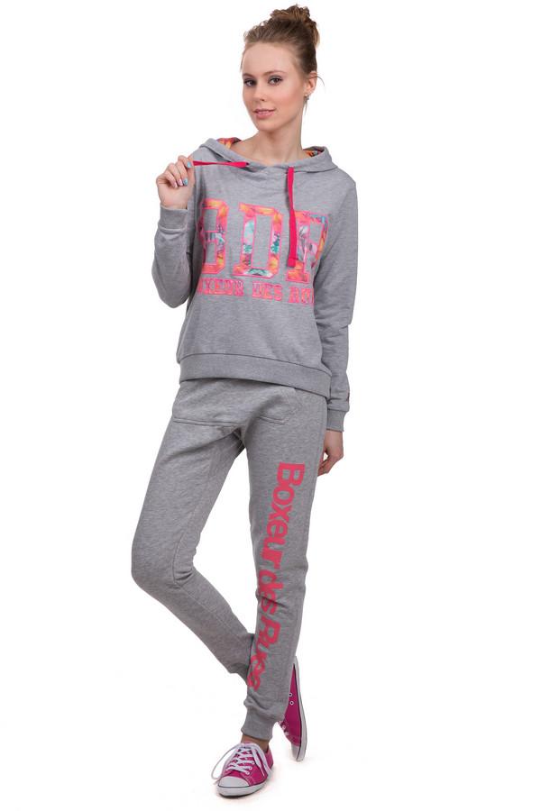 Спортивные брюки Boxeur Des RuesСпортивные брюки<br>Женские спортивные брюки от бренда Boxeur Des Rues. Брюки выполнены в сером цвете и дополнены надписью розового цвета, большим передним карманом, широкой резинкой с завязками розового цвета, а также резинками снизу. В комплект к спортивным брюкам можно приобрести  толстовку Boxeur Des Rues .<br><br>Размер RU: 40-42<br>Пол: Женский<br>Возраст: Взрослый<br>Материал: хлопок 70%, полиэстер 30%<br>Цвет: Разноцветный