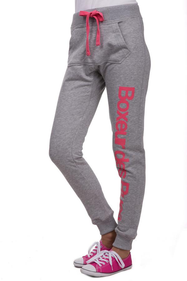 Спортивные брюки Boxeur Des RuesСпортивные брюки<br>Женские спортивные брюки от бренда Boxeur Des Rues. Брюки выполнены в сером цвете и дополнены надписью розового цвета, большим передним карманом, широкой резинкой с завязками розового цвета, а также резинками снизу. В комплект к спортивным брюкам можно приобрести  толстовку Boxeur Des Rues .<br><br>Размер RU: 38<br>Пол: Женский<br>Возраст: Взрослый<br>Материал: хлопок 70%, полиэстер 30%<br>Цвет: Разноцветный