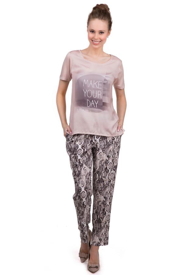 Брюки CommaБрюки<br>Женские брюки из легкой ткани, которая на 100% состоит из вискозы от бренда Comma, выполненные в розовых тонах со змеиным принтом. Изделие сшито по прямому покрою и дополнено парой боковых и парой задних карманов. На эластичном поясе расположены завязки. Отличный вариант для летнего сезона.<br><br>Размер RU: 46<br>Пол: Женский<br>Возраст: Взрослый<br>Материал: вискоза 100%<br>Цвет: Разноцветный