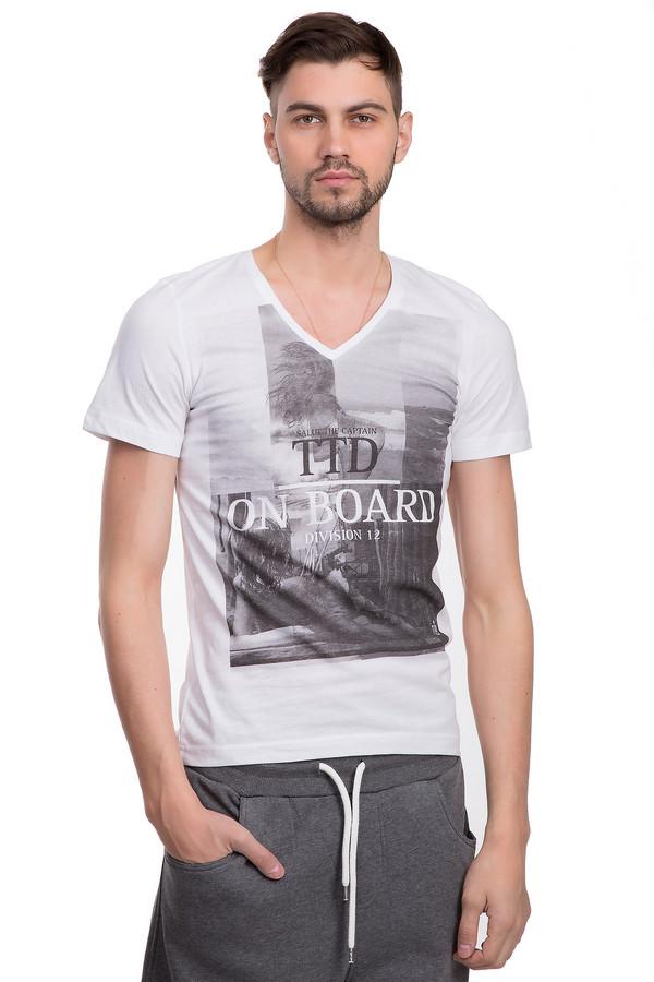 Футболкa Tom TailorФутболки<br>Оригинальная футболка белого цвета для мужчин от немецкого бренда Tom Tailor. Эта футболка сшита по классическому покрою из натурального хлопкового материала. Изделие дополнено: v-образным вырезом и рукавами до середины плеча. Футболка декорирована черно-белыми фотографиями и надписями. Невероятно стильно будет смотреться с шортами.<br><br>Размер RU: 44-46<br>Пол: Мужской<br>Возраст: Взрослый<br>Материал: хлопок 100%<br>Цвет: Разноцветный