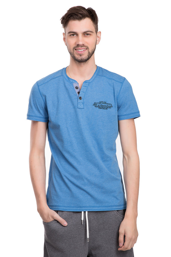 Футболкa Tom TailorФутболки<br>Светло-синяя мужская футболка от бренда Tom Tailor прямого кроя. Изделие дополнено: круглым вырезом с планкой на пуговицах и короткими рукавами до середины плеча. На груди расположена небольшая вышивка с надписями и названием бренда. По периметру футболка прошита наружным швом. Хорошо будет смотреться с шортами и с лёгкостью подойдет как для занятия спортом, так и для повседневного образа.<br><br>Размер RU: 48-50<br>Пол: Мужской<br>Возраст: Взрослый<br>Материал: хлопок 60%, полиэстер 40%<br>Цвет: Голубой
