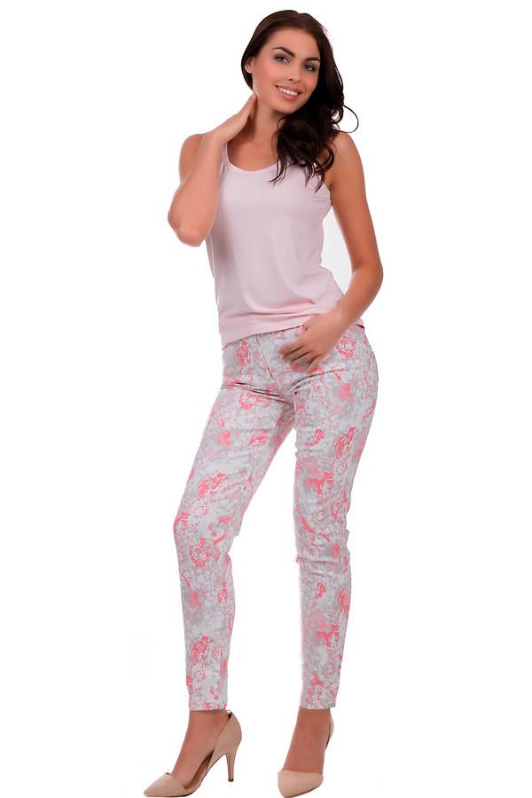 Модные джинсы Betty BarclayМодные джинсы<br>Яркие джинсы для женщин, от торговой марки Betty Barclay. Изготовлены из 90 % хлопка с добавлением полиэстера и эластана. Данная модель представлена в белом цвете, с абстрактным принтом из серого, розового и оранжевого цветов. Это джинсы-дудочки с комбинированной застежкой, на кокетке. Также, изделие дополнено четырьмя карманами: два накладных сзади и два боковых спереди. Отделка кокетки и карманов - тройная декоративная строчка и заклепки.<br><br>Размер RU: 50<br>Пол: Женский<br>Возраст: Взрослый<br>Материал: эластан 2%, полиэстер 8%, хлопок 90%<br>Цвет: Разноцветный
