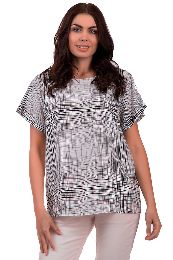 Блузa CinqueБлузы<br>Свободная белая блуза от бренда Cinque с легким клетчатым узором – настоящая находка. Рукава-«тюльпаны» не стесняют движений, что обеспечивает удобное ношение блузки в летнее время, как в офисе так и на досуге. Вискоза, шелк и модал – материалы, которые помогают в полной мере противостоять палящей жаре лета и чувствовать себя комфортно в любой обстановке. Модель дополнена универсальным вырезом типа «мыс», что придает облику дополнительное изящество.<br><br>Размер RU: 42<br>Пол: Женский<br>Возраст: Взрослый<br>Материал: вискоза 53%, шелк 7%, модал 40%<br>Цвет: Чёрный