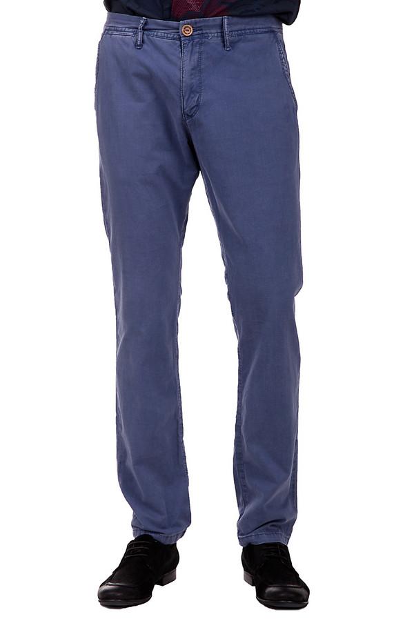 Брюки s.OliverБрюки<br>Брюки от бренда s.Oliver для мужчин. Это брюки синего цвета, с эффектом легкой потертости, выполненные из 100% хлопка. Данная модель средней посадки. Они дополнены классическими передними карманами и двумя задними.<br><br>Размер RU: 46(L34)<br>Пол: Мужской<br>Возраст: Взрослый<br>Материал: хлопок 100%<br>Цвет: Синий