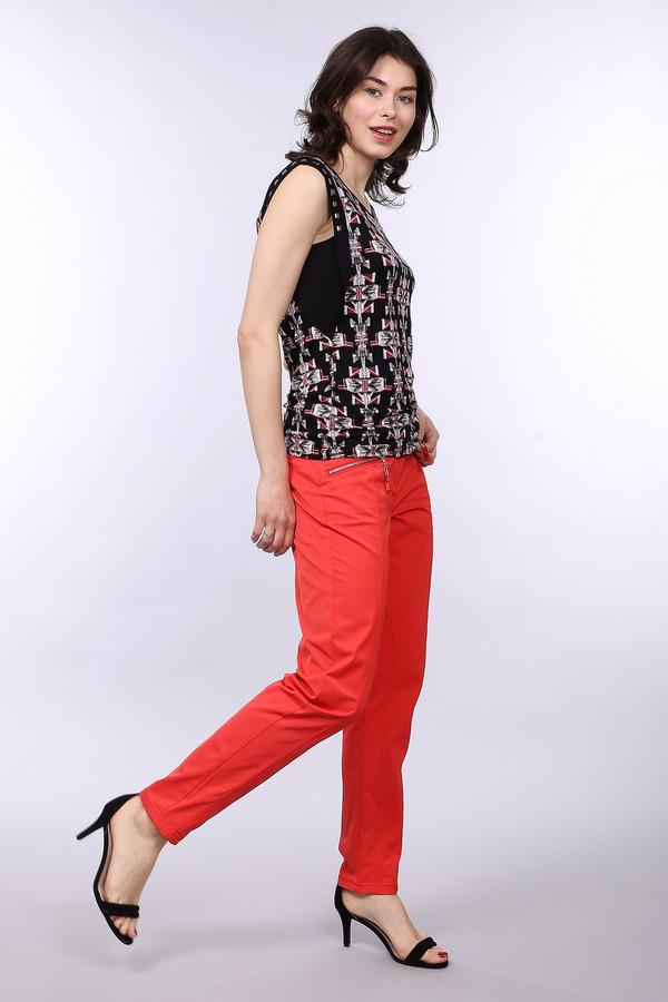 Брюки Betty BarclayБрюки<br>Стильные красные брюки-дудочки от немецкого бренда Betty Barclay незаменимая находка для любой модницы. Яркий цвет, приятная на ощупь ткань. Изделие дополнено: шлевками для ремня, двумя боковыми карманами на металлической молнии и двумя прорезными карманами сзади. Центральная часть застегивается на молнию и фиксируется на пуговицу. Спереди брюки декорированы вертикальными швами.<br><br>Размер RU: 44<br>Пол: Женский<br>Возраст: Взрослый<br>Материал: эластан 2%, хлопок 34%, полиамид 64%<br>Цвет: Красный