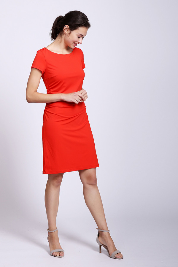 Платье Betty BarclayПлатья<br>Элегантное женское платье Betty Barclay красного цвета. Это изделие было выполнено из эластана и полиэстера. Модель предназначена для летнего сезона. Оно дополнено затяжкой сбоку. Рукава у этого изделия короткие. Длина платья средняя. Это идеальный вариант для летней вечерней прогулки.