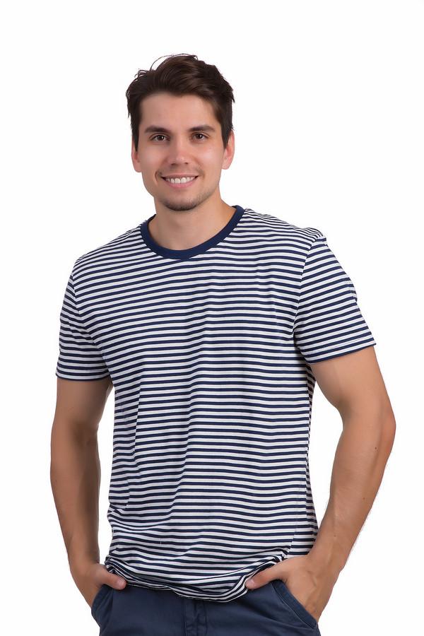 Футболкa Tom TailorФутболки<br>Полосатая сине-белая футболка напоминающая тельняшку от бренда Tom Tailor выполнена из натурального хлопкового материала. Модель прямого классического кроя. Изделие дополнено круглым вырезом горловины и короткими рукавами. Отличный вариант для сочетания с  шортами .<br><br>Размер RU: 50-52<br>Пол: Мужской<br>Возраст: Взрослый<br>Материал: хлопок 100%<br>Цвет: Синий