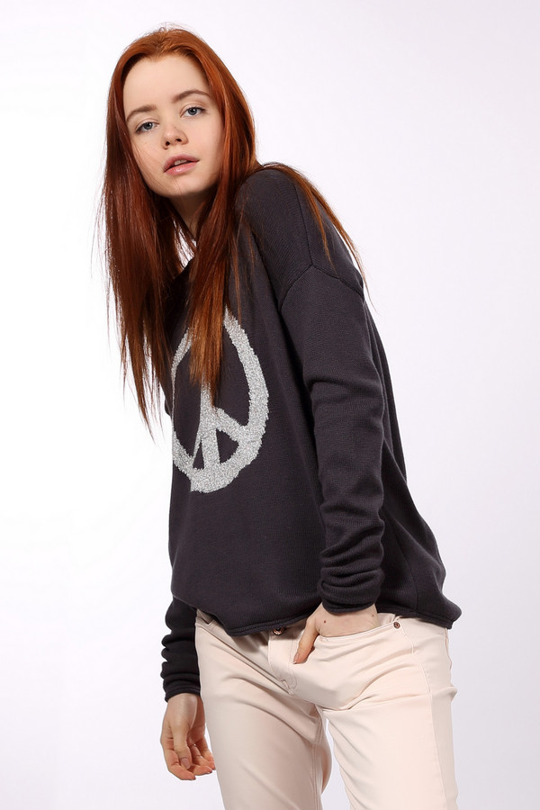 Пуловер Tom TailorПуловеры<br>Модный вязанный пуловер от немецкого бренда Tom Tailor свободного кроя выполнен в темно-фиолетовом цвете из приятной на ощупь пряжи. Изделие дополнено: круглым ворот, длинными рукавами с заниженной линией плеча и удлиненной спинкой. На фронтальной части пуловера расположен вязанный узор серебристого цвета с символом пацифика (Крест Мира). Гармонично будет сочетаться с различными джинсами.<br><br>Размер RU: 46-48<br>Пол: Женский<br>Возраст: Взрослый<br>Материал: вискоза 20%, полиамид 20%, хлопок 60%<br>Цвет: Серый