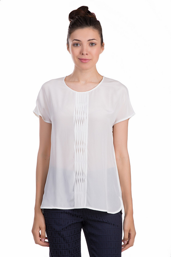 Блузa ApanageБлузы<br>Уточенная женская блуза Apanage белого цвета. Это изделие было выполнено из натурального шелка. Модель предназначена для того, чтобы носить летом. Она дополнена несколькими складками посередине. Рукава у блузы короткие. Это изделие свободного кроя. Такая блузка отлично подойдет для вечернего выхода. Сочетается как с юбками, так и с брюками.<br><br>Размер RU: 50<br>Пол: Женский<br>Возраст: Взрослый<br>Материал: шелк 100%<br>Цвет: Белый