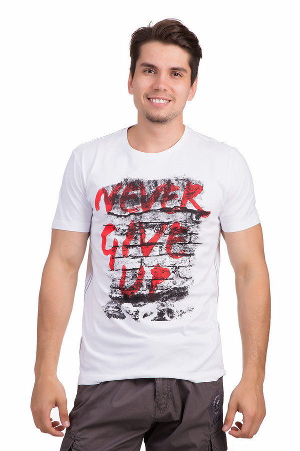 Футболкa s.OliverФутболки<br>Белая футболка от бренда s.Oliver классического кроя выполнена из дышащего хлопка приятного к телу. Изделие дополнено круглым вырезом ворота и короткими рукавами. Футболка декорирована принтом с надписями красного цвета на черно-белой кирпичной стене,а по бокам оригинальными швами с прострочкой контрастного серого цвета. Идеально будет смотреться с   джинсами   и   шортами  .<br><br>Размер RU: 52-54<br>Пол: Мужской<br>Возраст: Взрослый<br>Материал: хлопок 100%<br>Цвет: Красный