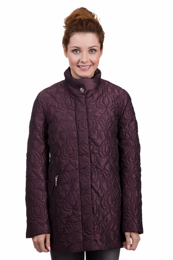 Куртка PezzoКуртки<br>Оригинальная женская куртка Pezzo бордового цвета. Эта модель была сделана из полиэстера. Данное изделие предназначено для демисезонного периода. Куртка средней длины и свободного кроя. Дополнена карманами, серебристым камням на вороте и интересным узором. Дополнит любой скучный повседневный образ. Сочетается с темными однотонными вещами.<br><br>Размер RU: 44<br>Пол: Женский<br>Возраст: Взрослый<br>Материал: полиэстер 100%<br>Цвет: Бордовый
