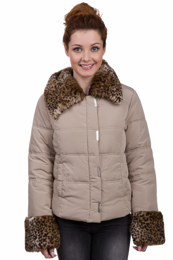 Куртка PezzoКуртки<br>Модная женская куртка Pezzo бежевого цвета с коричневыми элементами. Это изделие было выполнено из полиэстера. Модель является зимней. Куртка средней длины и с длинными рукавами. Дополнена объемным мехом на рукавах и на вороте. Застегивается с помощью молнии и металлических продолговатых кнопок. Стильное решение для холодной погоды.<br><br>Размер RU: 46<br>Пол: Женский<br>Возраст: Взрослый<br>Материал: полиэстер 100%<br>Цвет: Разноцветный