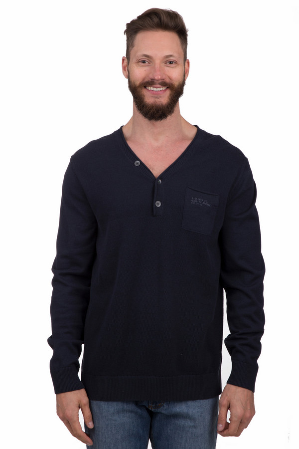 Джемпер s.OliverДжемперы<br>Стильный мужской джемпер от бренда s.Oliver темного синего цвета. Это изделие было выполнено из натурального хлопка. Данная модель предназначена для демисезонного периода. Джемпер облегает фигуру. Дополнен карманом на груди и крупными черными пуговицами. Может стать базовой вещью в гардеробе. Это практичное и стильное решение для прохладной погоды.<br><br>Размер RU: 44-46<br>Пол: Мужской<br>Возраст: Взрослый<br>Материал: хлопок 100%<br>Цвет: Синий