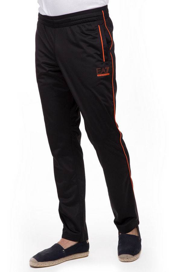 Спортивные брюки EA7Спортивные брюки<br>Спортивные мужские брюки EA7 черного и оранжевого цветов. Это изделие было изготовлено из полиэстера. Данная модель предназначена для демисезонного периода. Брюки свободного кроя. Дополнены оранжевыми полосами, боковыми карманами и нашивкой с логотипом бренда. Лучше всего сочетается с одеждой спортивного стиля или минималистичными футболками.<br><br>Размер RU: 48<br>Пол: Мужской<br>Возраст: Взрослый<br>Материал: полиэстер 100%<br>Цвет: Оранжевый