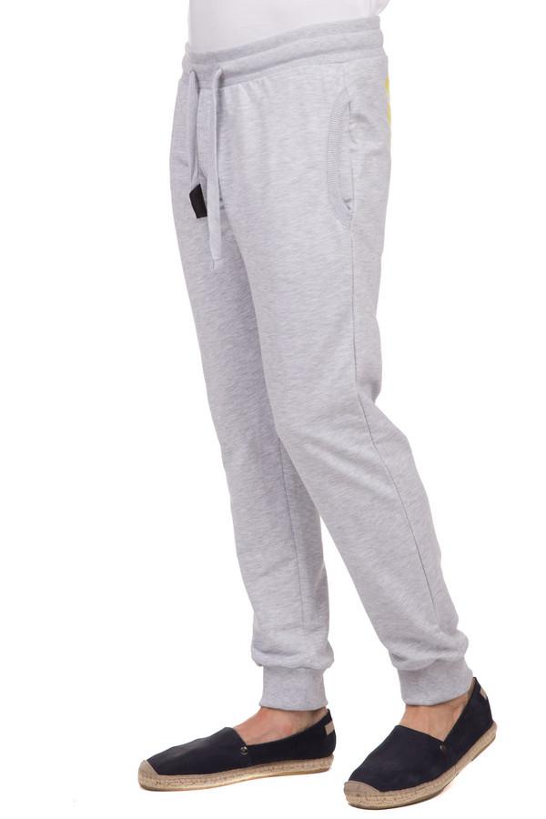 Спортивные брюки Boxeur Des RuesСпортивные брюки<br>Спортивные мужские брюки Boxeur Des Rues серого цвета. Это изделие было изготовлено из натурального хлопка. Данную модель можно носить круглый год. Брюки свободные и не сковывают движений. Дополнены удобной резинкой сверху, боковыми карманами и сзади ярко-желтым логотипом бренда. Такие брюки идеально подойдут для любой тренировки.<br><br>Размер RU: 50-52<br>Пол: Мужской<br>Возраст: Взрослый<br>Материал: хлопок 100%<br>Цвет: Жёлтый