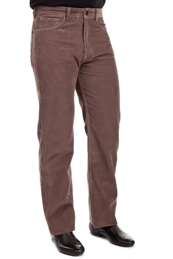 Брюки Flavio NavaБрюки<br>Вельветовые брюки от бренда Flavio Nava прямого кроя выполнены из хлопка бежевого цвета. Изделие дополнено: шлевками под ремень, пятью стандартными карманами и застежкой-молния с пуговицей.