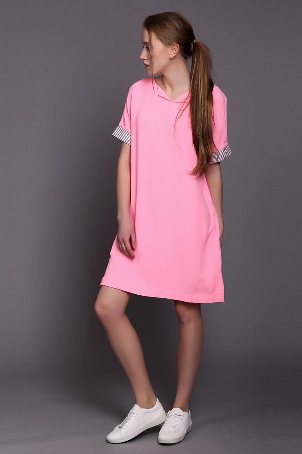Платье EssentielПлатья<br>Яркое женское платье Essentiel розового, черного и белого цветов. Эта модель была сделана из полиэстера и эластана. Она предназначена для летней погоды. Изделие сзади маленьким разрезом. У изделия рукава укороченные и дополненные черно-белыми тканевыми вставками. Платье свободного кроя. Отлично будет сочетаться с однотонными аксессуарами.<br><br>Размер RU: 40<br>Пол: Женский<br>Возраст: Взрослый<br>Материал: эластан 5%, полиэстер 95%<br>Цвет: Разноцветный