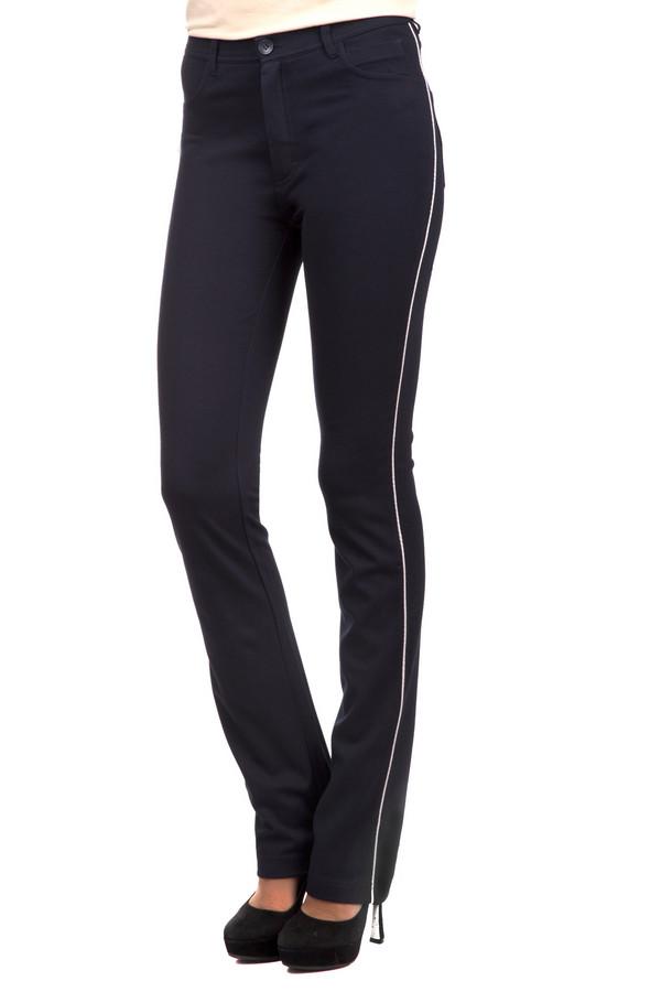 Брюки PezzoБрюки<br>Практичные женские брюки Pezzo темно-синего цвета с белыми деталями. Данное изделие было изготовлено из вискозы, нейлона и спандекса. Эта модель предназначена для демисезонного периода. Брюки низкой посадки. Дополнены карманами сзади и по бокам, шлевками, белой тонкой вставкой. .<br><br>Размер RU: 44<br>Пол: Женский<br>Возраст: Взрослый<br>Материал: вискоза 68%, нейлон 26%, спандекс 6%<br>Цвет: Разноцветный