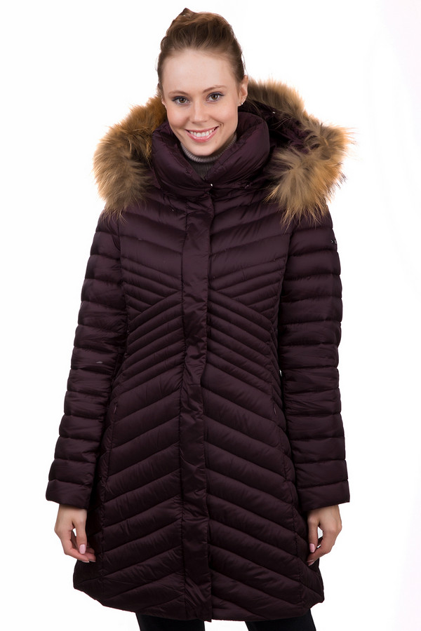 Пальто PezzoПальто<br>Практичное женское пальто Pezzo бордового цвета. Эта модель была сделана из нейлона. Данное изделие предназначено для зимнего периода. Пальто длинное. Дополнено строчками, капюшоном с мехом и боковыми карманами. Сочетается с одеждой разных расцветок. Практичное и стильное решение на прохладную погоду.<br><br>Размер RU: 42<br>Пол: Женский<br>Возраст: Взрослый<br>Материал: нейлон 100%<br>Цвет: Бордовый