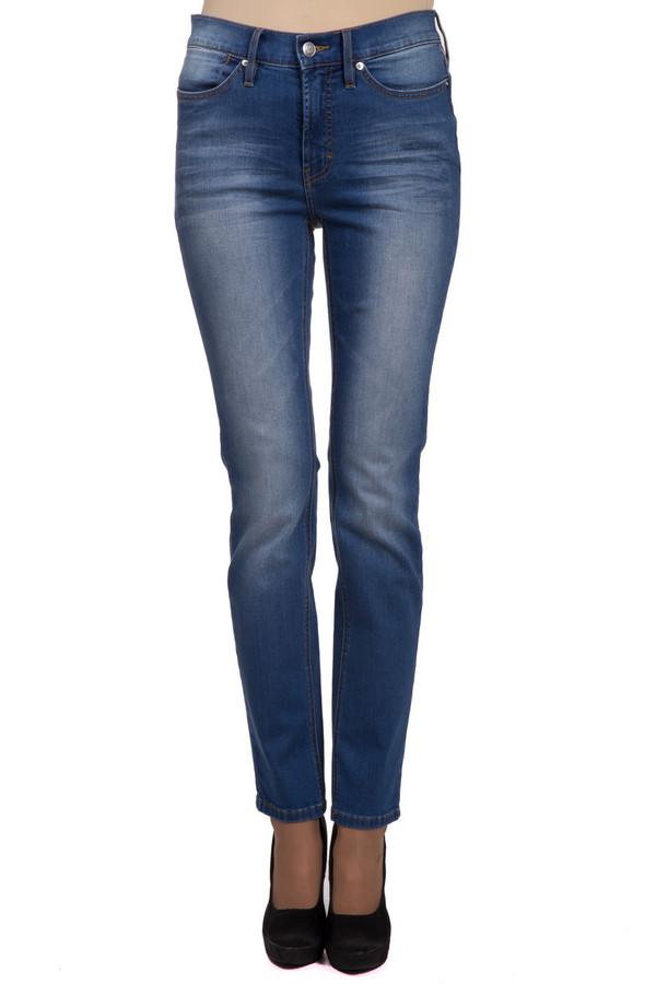 Джинсы PezzoДжинсы<br>Базовые женские джинсы от бренда Pezzo синего цвета. Данное изделие было выполнено из эластана, хлопка и полиэстера. Модель можно носить в любое время года. Штаны облегают фигуру. Дополнены вертикальными потертостями. Такая вещь является базой для лаконичного и модного образа. Можно сочетать с разной одеждой.<br><br>Размер RU: 52<br>Пол: Женский<br>Возраст: Взрослый<br>Материал: хлопок 92%, эластан 1%, полиэстер 7%<br>Цвет: Синий