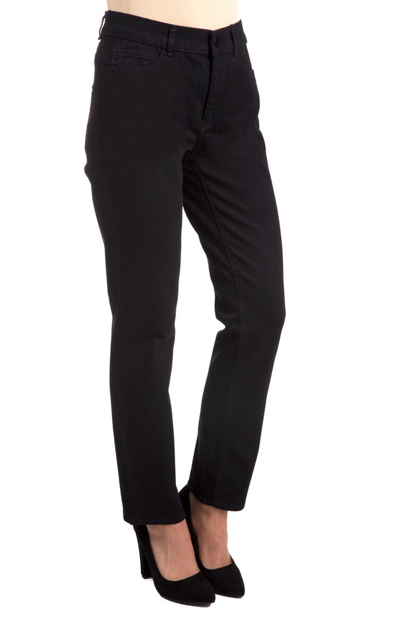 Джинсы GardeurДжинсы<br>Классические женские джинсы Gardeur черного цвета. Эта модель была сделана из хлопка, эластана и полиэстера. Данное изделие предназначено для демисезонного периода. Брюки средней посадки. Дополнены шлевками и карманами. Застегиваются на молнию и пуговицу. Сочетаются с классическими образами.<br><br>Размер RU: 54K<br>Пол: Женский<br>Возраст: Взрослый<br>Материал: хлопок 92%, эластан 1%, полиэстер 7%<br>Цвет: Чёрный