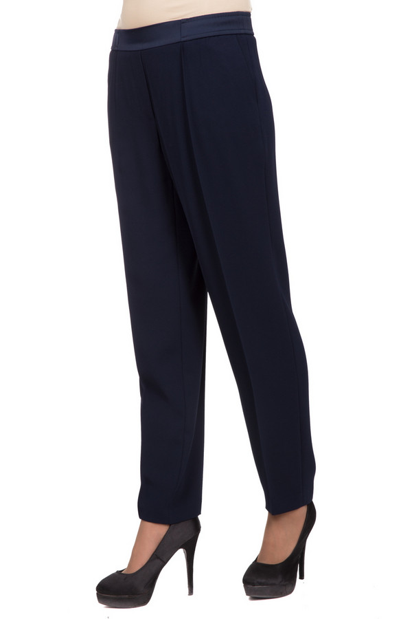 Брюки Gerry WeberБрюки<br>Удобные женские брюки Gerry Weber темного синего цвета. Это изделие было выполнено из полиэстера. Такая модель создана для осени и весны. Штаны не облегают фигуру. Дополнены резинкой сверху. Можно сочетать с одеждой разных фасонов и расцветок. Идеально смотрятся с обувью на каблуке или платформе.<br><br>Размер RU: 54<br>Пол: Женский<br>Возраст: Взрослый<br>Материал: полиэстер 100%<br>Цвет: Синий