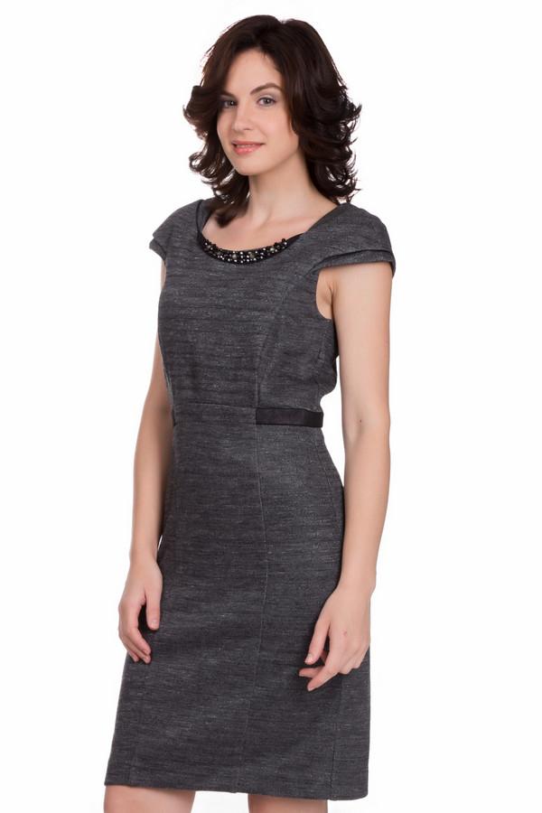 Платье CommaПлатья<br>Утонченное женское платье Comma серого цвета. Данное изделие состоит из вискозы, эластана и хлопка. Такая модель предназначена для осени или весны. Платье облегает фигуру. Рукава короткие. Есть акцент на талии. Ворот украшен блестящими камнями. Не требует лишних украшений на шею. Отлично подойдет для любого важного повода.<br><br>Размер RU: 46<br>Пол: Женский<br>Возраст: Взрослый<br>Материал: вискоза 70%, эластан 6%, хлопок 24%<br>Цвет: Серый