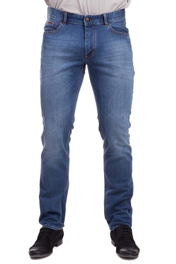 Джинсы HattricДжинсы<br>Джинсы Hattric мужские. Стильная модель голубого цвета с посадкой на бедрах. Эти классические джинсы подойдут мужчине любого возраста. Состав: хлопок, эластан, полиэстер. Брюки облегающего силуэта красиво подчеркнут мужские формы. Спереди – прорезные карманы, сзади – стандартные накладные. Такие джинсы можно носить круглогодично с рубашками, пуловерами, футболками, свитерами.<br><br>Размер RU: 56(L32)<br>Пол: Мужской<br>Возраст: Взрослый<br>Материал: эластан 1%, полиэстер 35%, хлопок 64%<br>Цвет: Голубой