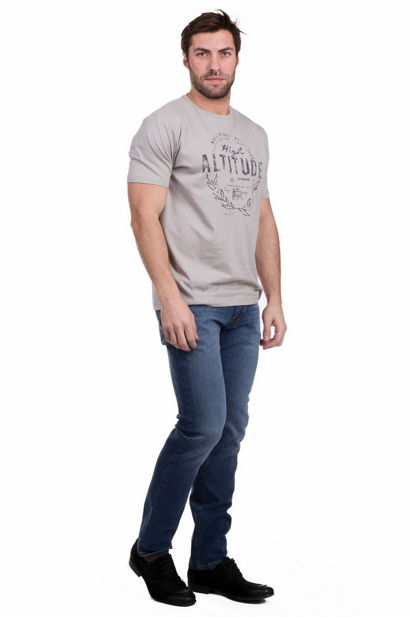 Джинсы HattricДжинсы<br>Джинсы Hattric мужские. Стильная модель голубого цвета с посадкой на бедрах. Эти классические джинсы подойдут мужчине любого возраста. Состав: хлопок, эластан, полиэстер. Брюки облегающего силуэта красиво подчеркнут мужские формы. Спереди – прорезные карманы, сзади – стандартные накладные. Такие джинсы можно носить круглогодично с рубашками, пуловерами, футболками, свитерами.<br><br>Размер RU: 48-50(L34)<br>Пол: Мужской<br>Возраст: Взрослый<br>Материал: эластан 1%, полиэстер 35%, хлопок 64%<br>Цвет: Голубой