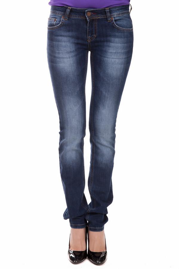 Модные джинсы LocustМодные джинсы<br>Модные джинсы Locust синие женские. Джинсы с модными потертостями всегда в моде. Такая вещь из хлопка и луоселла очень практична и комфортны. Носить брючки – одно удовольствие. Сзади модель снабжена стильной лейбой ярко-коричневого оттенка. Эти демисезонные брючки можно сочетать с самыми разными вещами, и всегда они будут актуальны.<br><br>Размер RU: 42-44(L34)<br>Пол: Женский<br>Возраст: Взрослый<br>Материал: хлопок 98%, луоселл 2%<br>Цвет: Синий